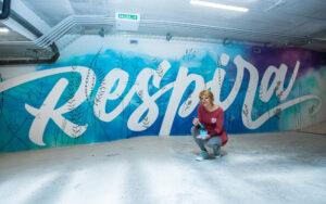 Noe pintando el mural Respira en Residencial Novelty Plaza, de Aransa