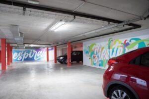 Garaje con murales de Noe Escalera